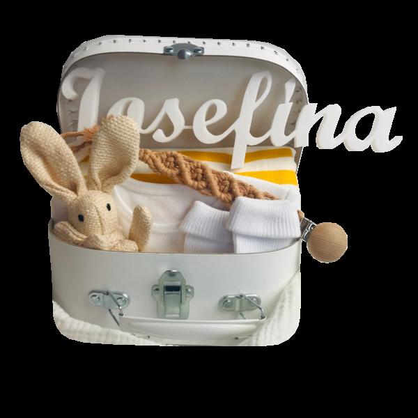 Bílý kufřík pro miminko se žlutými doplňky. Neutrální barva pro obě pohlaví. Hračka zajíc, klip na dudlík, ponožky a plenka.