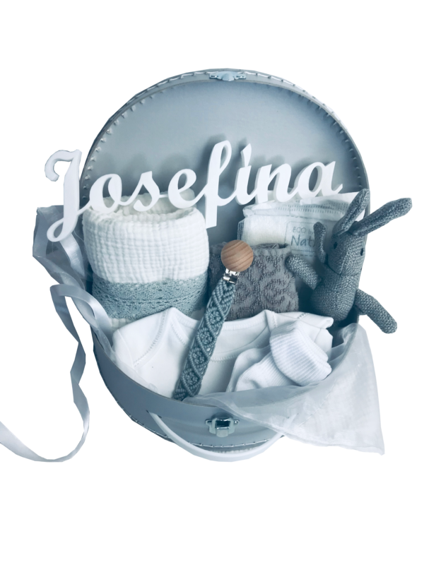Šedý dárkový kufřík pro miminko. Obsahuje mušelínovou plenku, bílé body a ponožky, zajíce a klip na dudlík